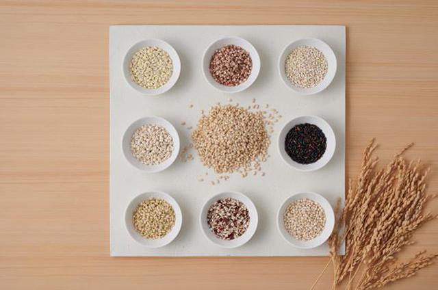 画像: 黒米、緑米、米粒麦、丸麦、もち麦、はだか麦、たかさび、ひきわり小豆の8種類をブレンド。 hachidaime.com