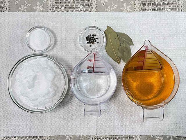 画像: (手前右から)食酢、水、砂糖、(上右から)ローリエ、粒コショウ、塩。身近な材料で作れます!
