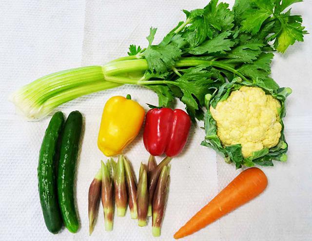 画像: 野菜は季節に応じて選んでください。冬は大根やカブ、レンコンもおすすめです。