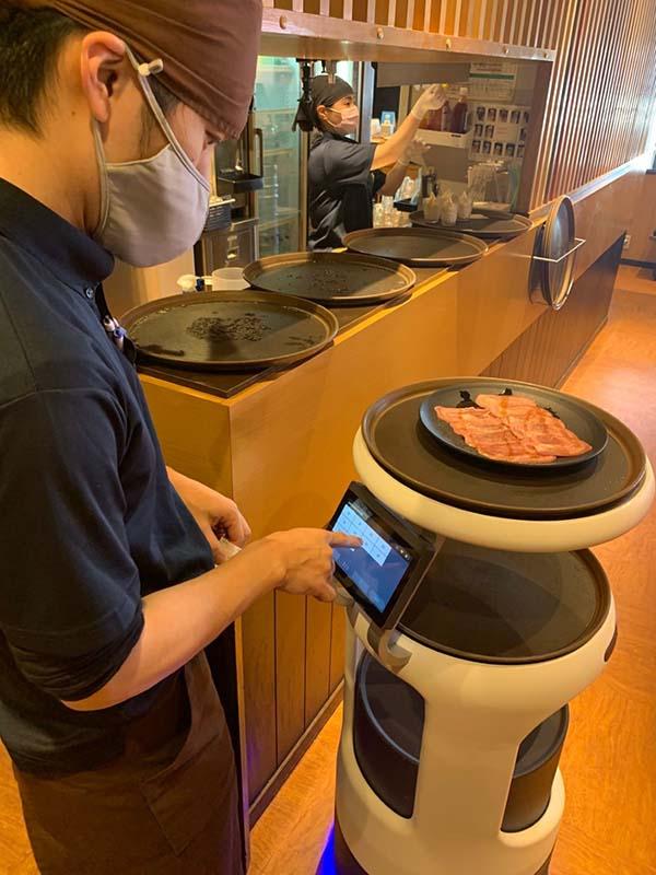 画像: 「焼肉きんぐ」のほぼ全店に配膳・運搬ロボットを導入している。