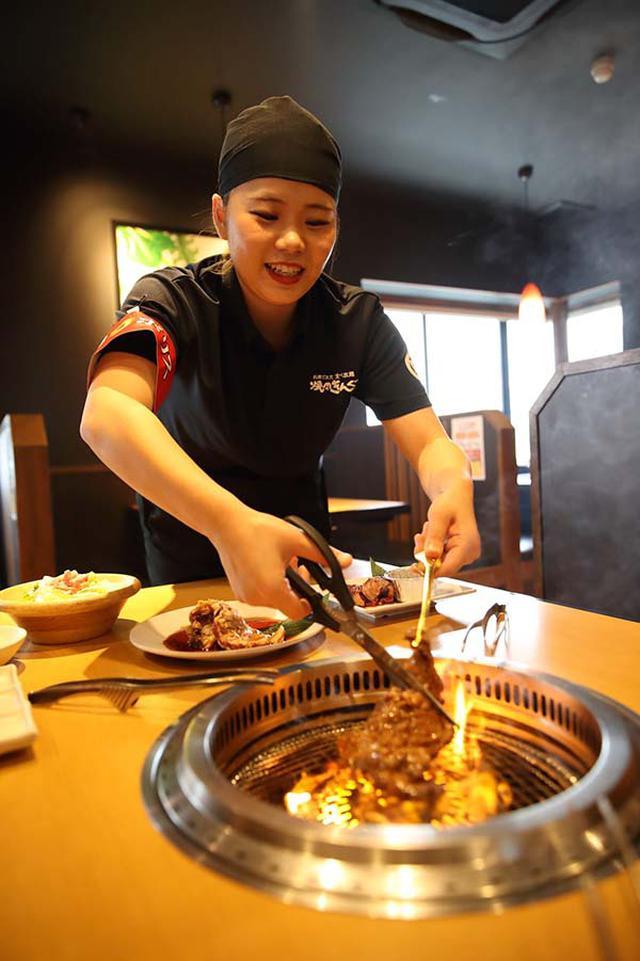 """画像: 「焼肉きんぐ」で、顧客においしい焼き方などの""""おせっかい""""を行う「焼肉ポリス」。"""