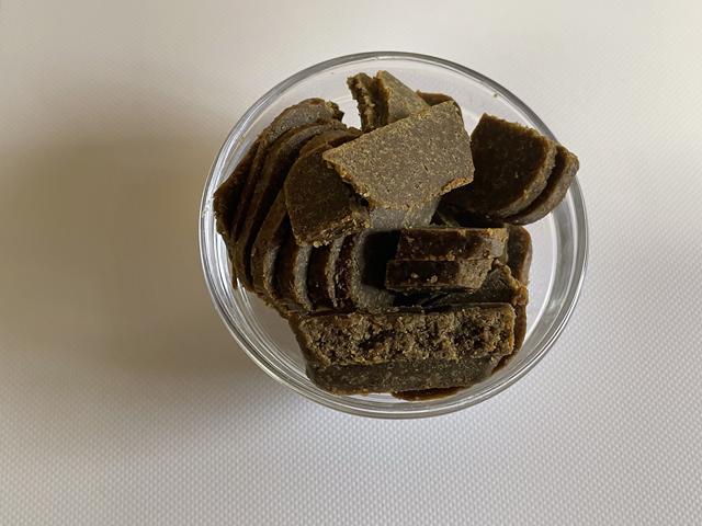 画像: 半端もののルウを1片ずつ冷凍しておき、包丁で切って加えると溶けやすい。