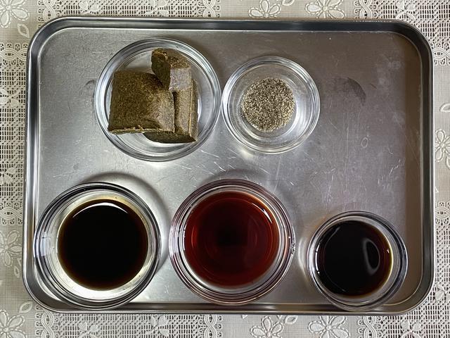 画像: 調味料も手に入りやすいものばかり(写真左上から時計回り:ルウ、こしょう、濃口しょうゆ、赤ワイン、ウスターソース)