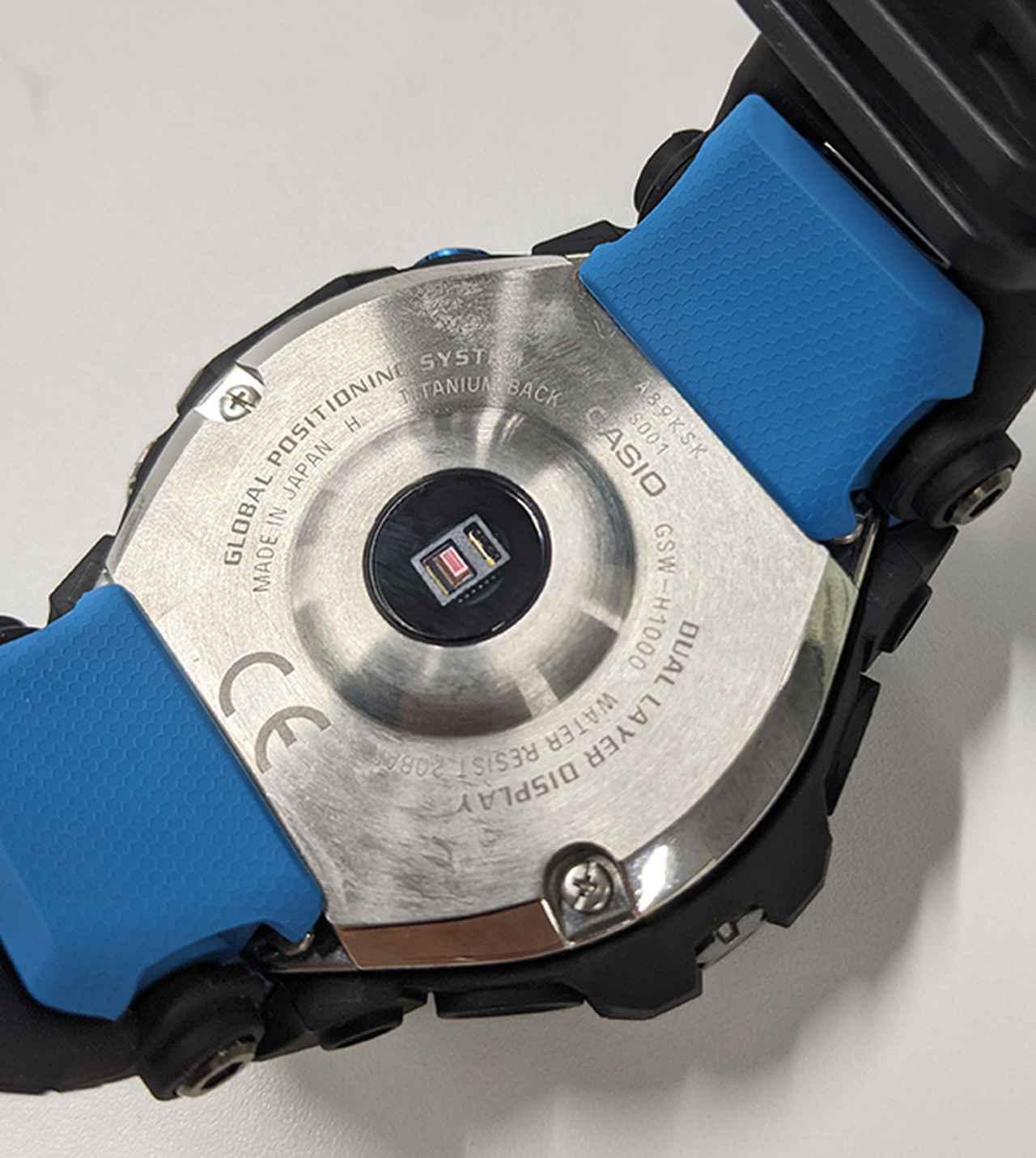 画像: 本体裏面の光学式センサーで心拍数を測定する