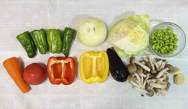画像: ドライカレー6食分で使う野菜の目安です。1人1食あたり約200gの野菜が食べられます。
