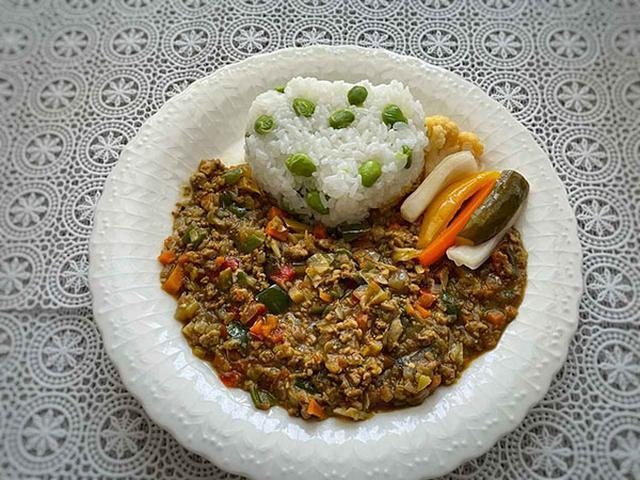 画像: 野菜たっぷりで食べ応えあり。付け合わせに自家製ピクルスを添えました(作り方は関連記事をご参考あれ)。