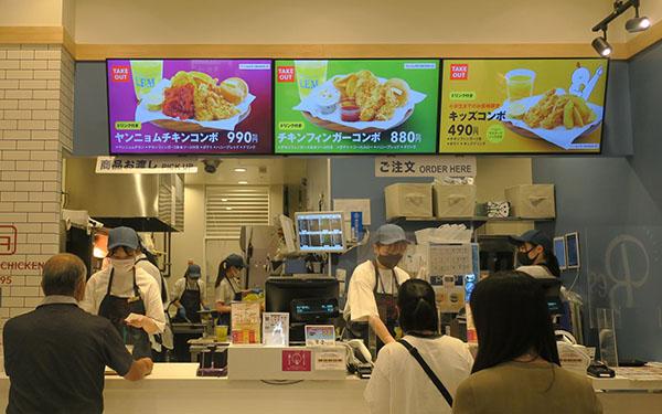 画像: 既存店の客単価(会計単価)は1350円だが、まとめ買いでのテイクアウト比率が8割を占めていることから同店では1400円となっている。