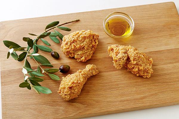 画像: 「bb.qオリーブチキンカフェ」商品のイメージカット。オリーブオイルで揚げていてカリッと揚がりサクッとした食感が特徴。