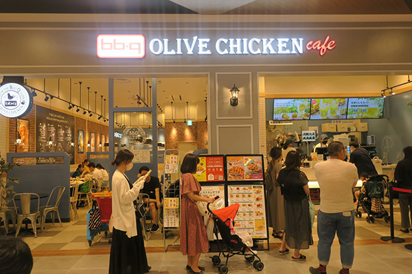 画像: 今年5月にイオンモール川口(埼玉県川口市)の1階にオープンした「bb.qオリーブチキンカフェ」。