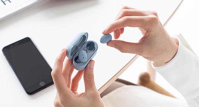画像: 片方のイヤホンをケースに戻すだけで、音楽が途切れることなく自動的に「片耳モード」に切り替わる。