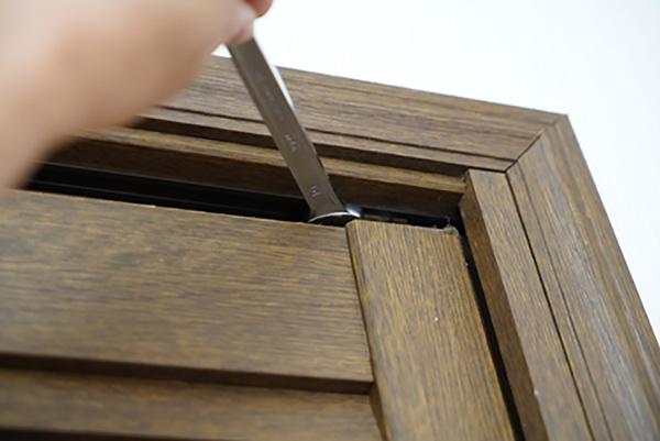 画像: 扉の上部を固定する金具を緩める。