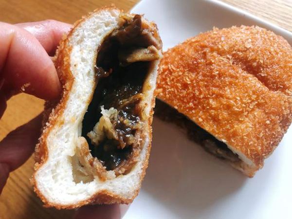 画像: 通称「黒カレー」と呼ばれるルウはこげ茶色。食べた後もスパイスの豊かな余韻が口の中に残ります。