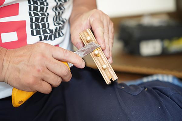 画像: 接着剤のカスはカッターで削り取る。
