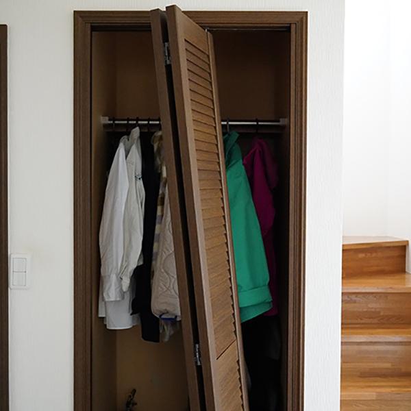 画像: 階段わきのクローゼットです。