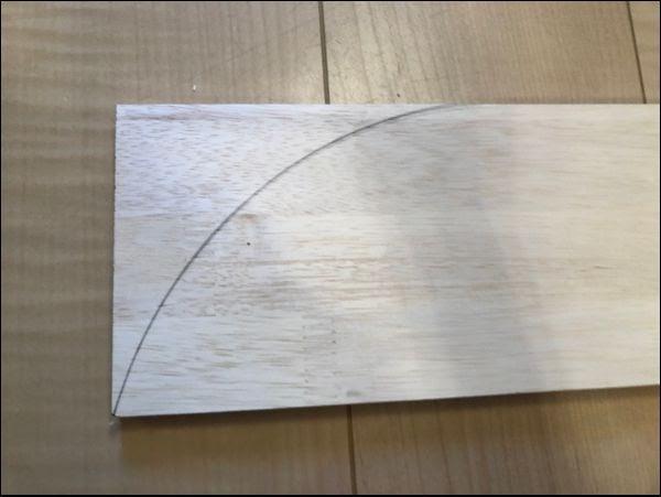 画像: 鉛筆でカーブ線を引いていきます