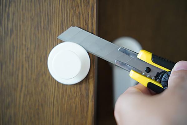 画像: 扉に傷をつけないように注意が必要。