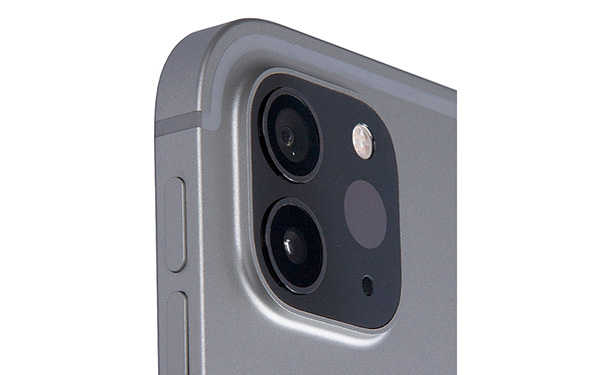画像: 120万画素の広角カメラと100万画素の超広角カメラに加え、「LiDARスキャナ」を搭載。光で距離を測定し、より正確なフォーカスを行う。