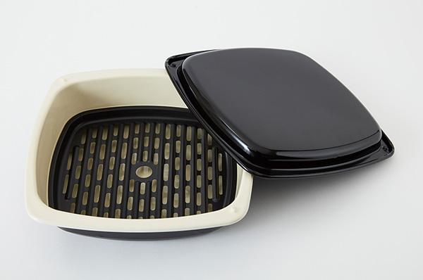 画像: ホーローのグリルパンは、チキンが丸ごと調理できる大容量。