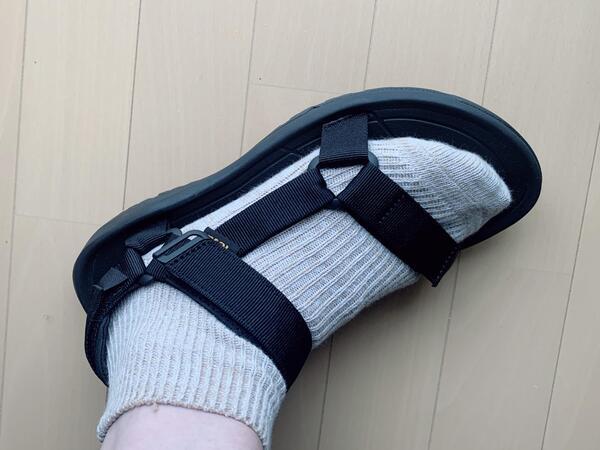 画像: 靴下を履くことでサイズ感はぴったりに。