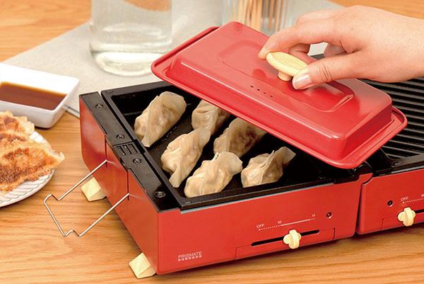 画像: フタが付いているので、蒸す、煮る、炊くなどの調理にも対応。卓上で調理する際の油はねも防ぐことができる。