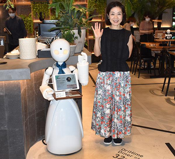 画像: カフェの入口で案内をしてくれます。