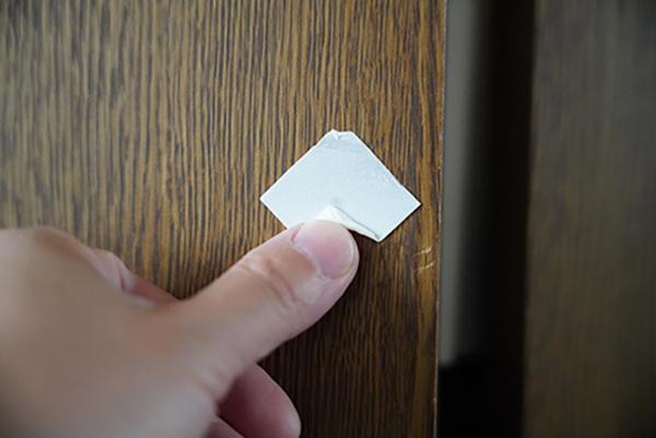 画像: 残った粘着テープを指でこすっていく。