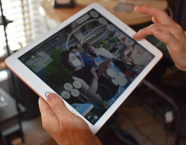 画像: タブレットには、OriHimeが見ている映像(私の姿)が映っています。