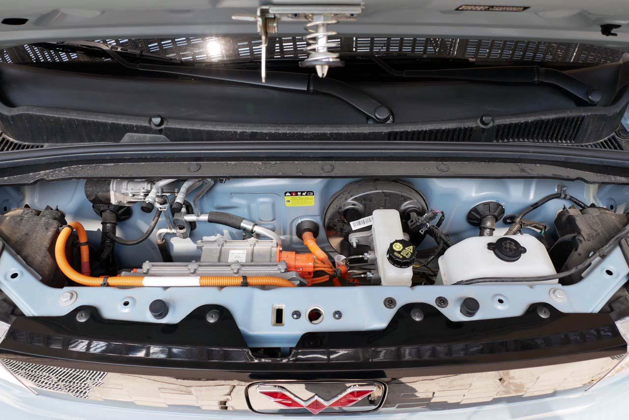 画像: ボンネット内部。左側に充電コネクタ用インバータが、右側にはブレーキ系システムなどが備わる
