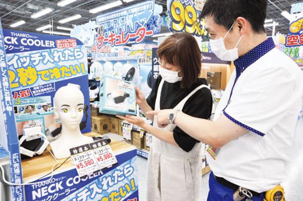 画像: 冷却プレートで首の動脈を冷やす暑さ対策のアイデア商品。