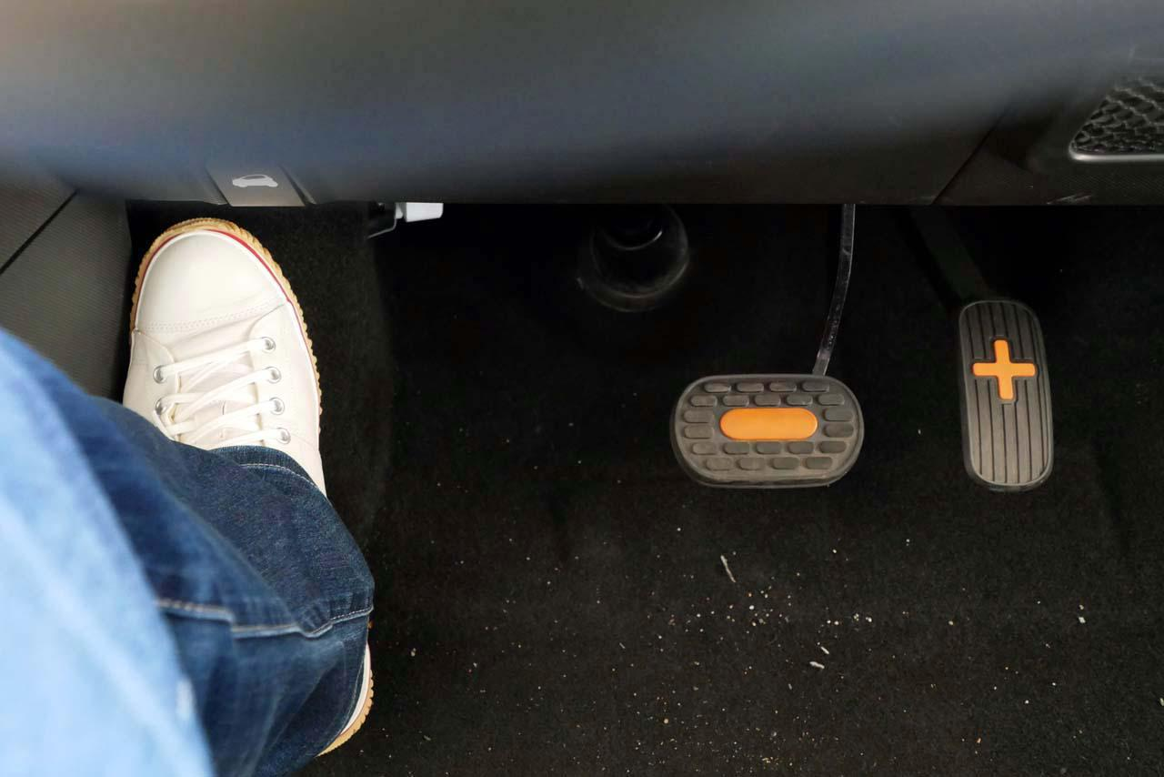 画像: タイヤハウスの出っ張りが大きく、ペダル配置は助手席側にかなりシフトして設置されている
