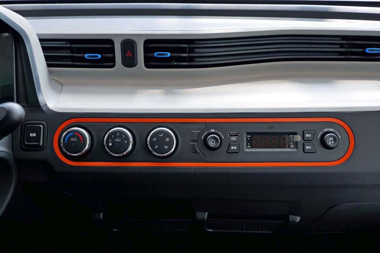 画像: ダッシュボード中央にあるエアコンコントローラーとラジオ