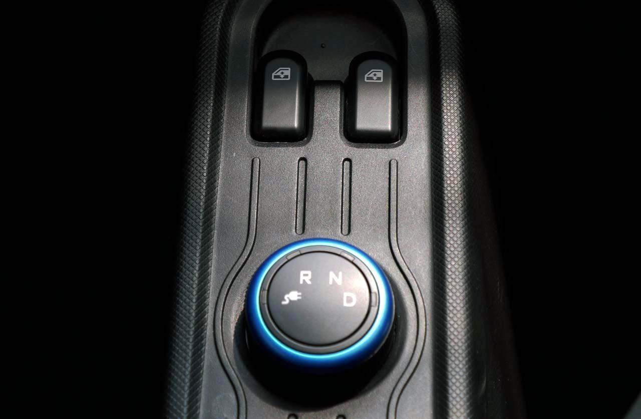 画像: シフトチェンジは回転ダイヤル式。上はパワーウインドウスイッチ