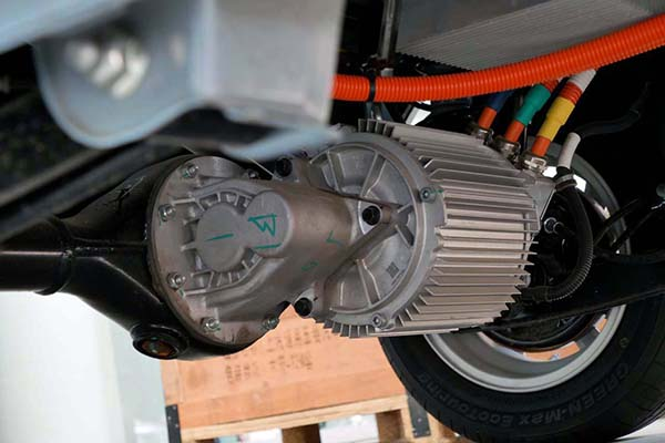 画像: 後輪駆動用のデフギアボックスに、電動モーターを直接組み合わせた