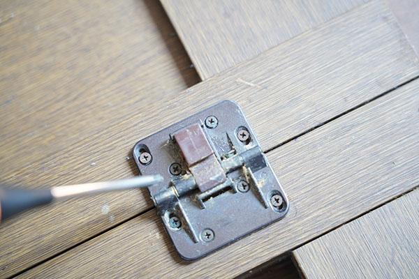 画像: 折戸の折り曲げ部分の金具。1カ所で8本のネジがあります。修繕DIYには、想像以上に大量のネジを緩めたり締めたりしなくてはいけません。