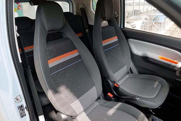 画像: 車幅が日本の軽自動車よりも広いため、フロントシートは結構余裕がある。シートのホールド性もまずまず