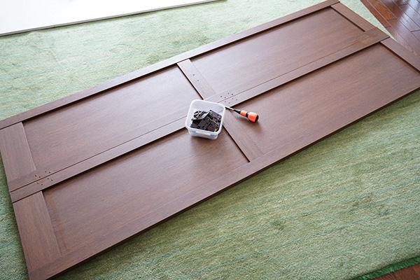画像: 以前の記事でも紹介した折戸の修理。写真の扉1枚で26本のネジが使われています。