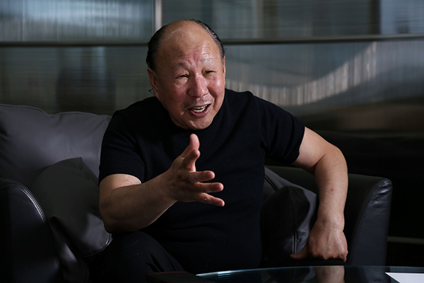 画像: 際コーポレーション(株)代表取締役の中島武氏。これまで「鉄鍋餃子」や「北京ダック」のトレンドなど機知に富んだユニークなビジネスを展開する。1948年1月生まれ、炭鉱の町、福岡市田川市出身。拓殖大学で応援団長を務め350人の団員を束ねた。社会人としては航空会社勤務から始まり、金融会社に転身するなど、会社経営のノウハウを積んで、1983年に独立して東京・福生から事業を開始した。1990年に際コーポレーション(株)を設立。