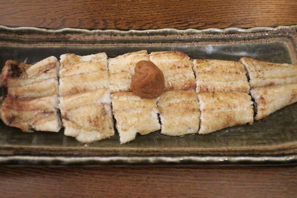 画像: 梅焼2970円。価格は「にょろ平」(東京・池尻)のもの。際コーポレーション代表の中島氏が、うなぎ研究を進めるうちにひらめいた商品。焼き立てのうなぎの白焼に梅干しをのせ、仕上げに梅塩ダレをかけている。