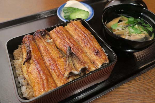 画像: 並鰻(一尾)2860円。価格は「にょろ平」(東京・池尻)のもの。価格が一般的なうなぎ専門店よりもワンランク低いことが目を引く