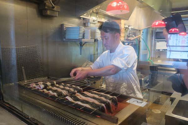 画像: うなぎは顧客から注文が入ってから水槽から取り出してさばいて焼きに入る。