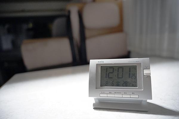 画像: 北海道とはいえ、今年は特に暑く車内の温度は28.1度。しかも湿度は70%と、とても窓を開けていた夜の12時のキャンピングカーの車内とは思えません。