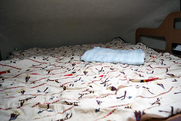 画像: シュラフは寝具というより、キャンピングカーのベッドを汚さないためのシーツ代わりです。