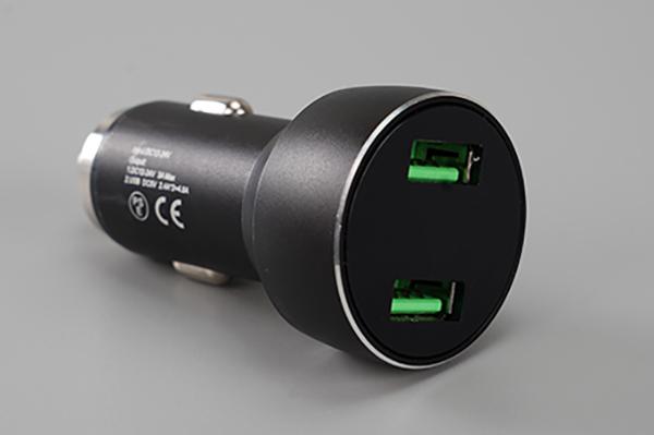 画像: 筆者は電圧が確認できるものが欲しかったので、こちらを選択。iPhoneの高速充電規格のひとつである12Wに対応しているのもポイントです。