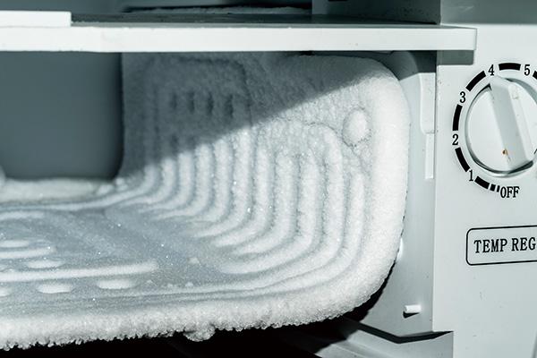 画像: 冷凍庫の霜は厚くなる前に拭き取るようにしよう。拭いたあとは、少量のサラダ油を塗っておけば、霜が付きにくくなる。