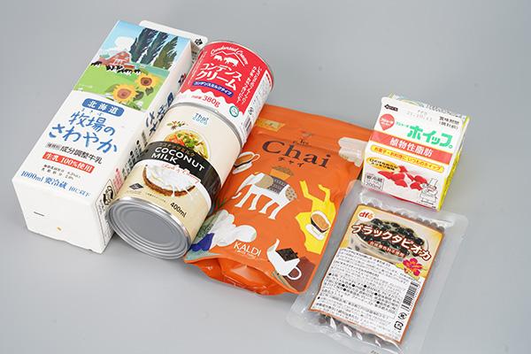 画像: 材料は「牛乳」「コンデンスミルク」「ココナッツミルク」「インスタントチャイ」「生クリーム」「ブラックタピオカ」です。