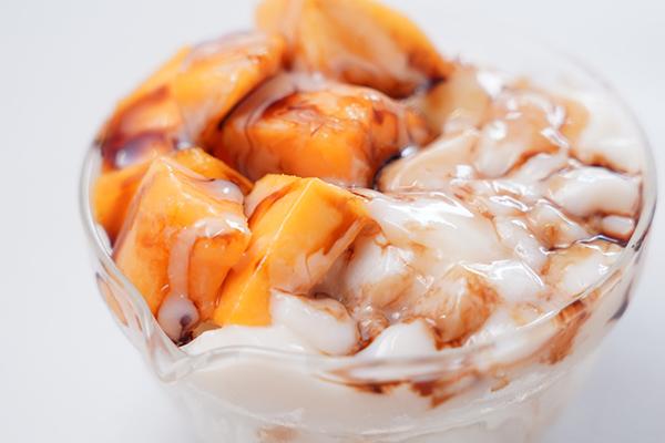 画像: かき氷だけで十分においしいのですが、マンゴーと豆花をトッピングすると華やかになり、食べるのがとても楽しいです。