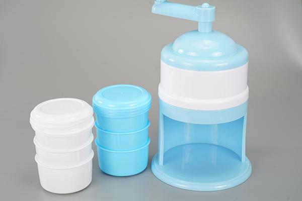 画像: 1000円以下で揃うかき氷機と製氷カップ。ミルクベースの氷を作り始めると、かき氷の可能性は大きく広がります。