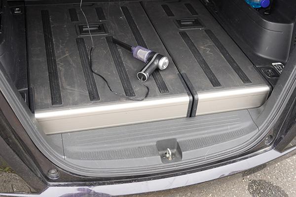 画像: 一般的なミニバンサイズのホンダのフリードスパイク。運転席脇のシガーソケットから電源を取って、トランクルームまで電源ケーブルを伸ばしたところです。