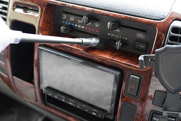 画像: キャンピングカー後部のキャビン部分にあるシガーソケットは、バッテリーから電気が供給されているので、アイドリングなしで掃除ができます。