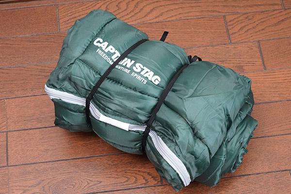 画像: 丸めた状態で寝袋を縛るヒモ。これがあるのとないのとでは大違い。